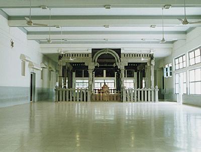 http://tiruvannamalai.tripod.com/Pictures/ashramam-mainhall.jpg